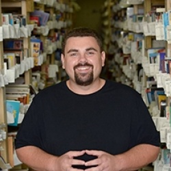 Thumbnail-Photo: Books: Local online business opened retail store...