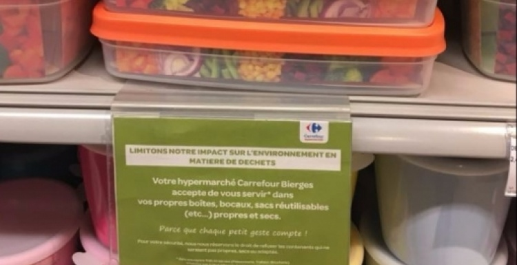 Photo: Reusable food storage boxes in a shelf; copyright: Carrefour Group...