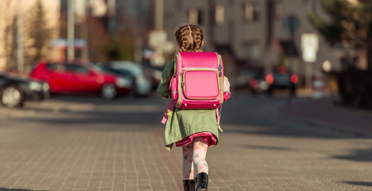 Girl on way to school; Copyright: panthermedia.net/tan4ikk...
