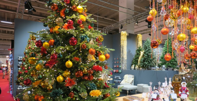 Christmas tree with yellow and orange baubles; copyright: iXtenso / Pott...