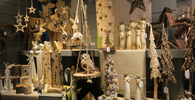 Numerous different wooden Christmas decoration elements; copyright: iXtenso /...