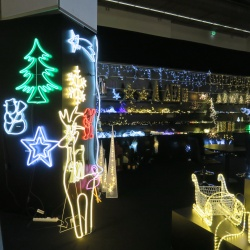 Thumbnail-Photo: Holiday shoppers planning to make retailers spirits bright...
