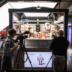 Thumbnail-Photo: Robots in retail: producer and salesperson all-in-one at the fully...