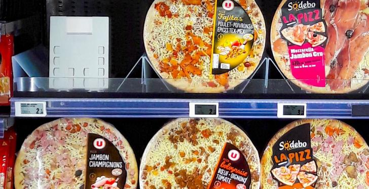 Finished round, packed pizzas in a shelf; copyright: POS TUNING...