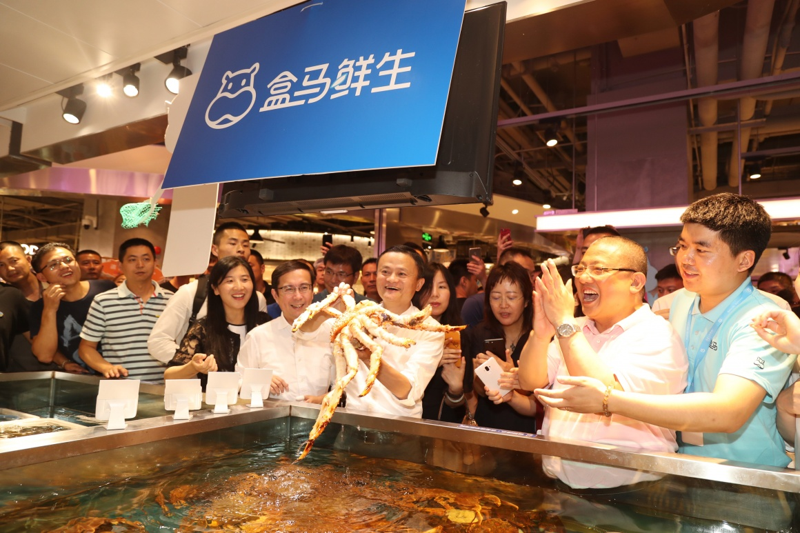 Jack Ma presents giant crab in one of his Hema Stores....