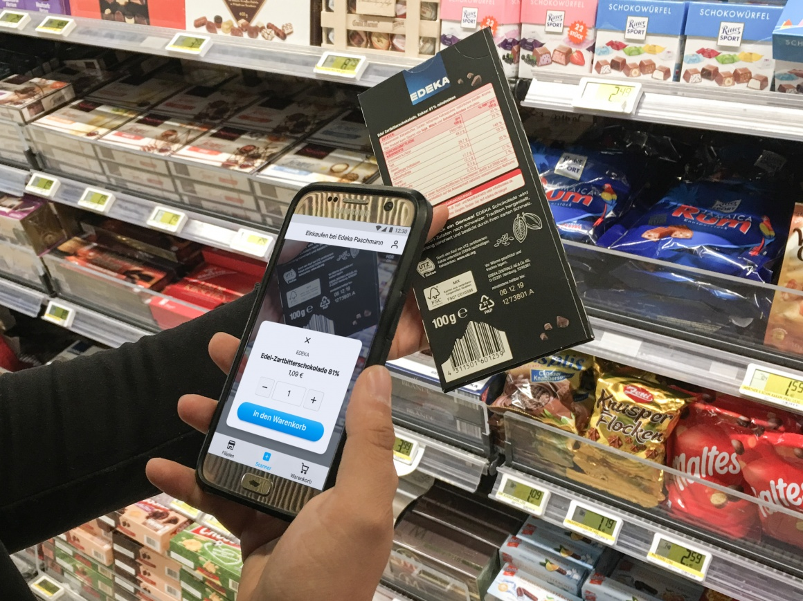 Scanning a bar of chocolate with the snabble app; copyright: snabble GmbH...