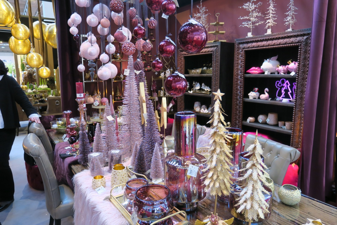 Christmas decoration in purple and pink; copyright: iXtenso / Pott...