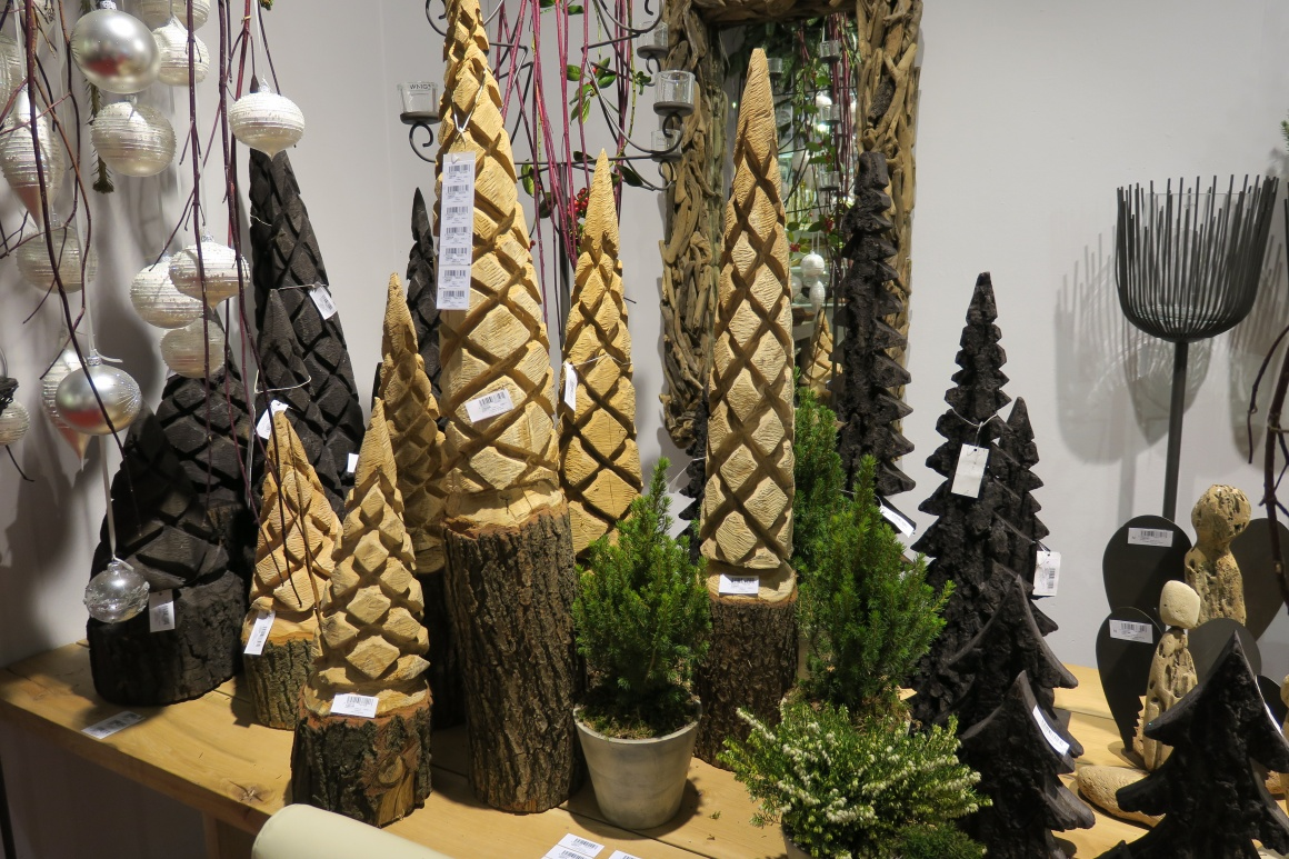 woodwork fir trees carved from a mould; copyright: iXtenso / Pott...