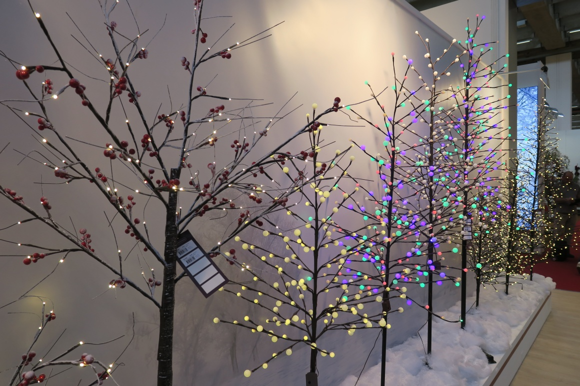 Plastic trees with mini lamps; copyright: iXtenso / Pott...