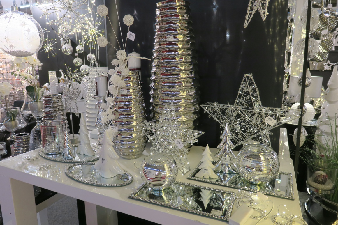 White and silver shiny decoration elements; copyright: iXtenso / Pott...