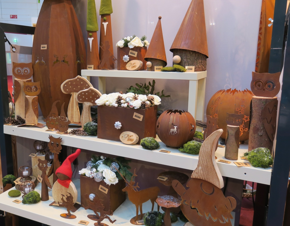 Autumn decoration made of wood and artificially rusted metal; copyright:...