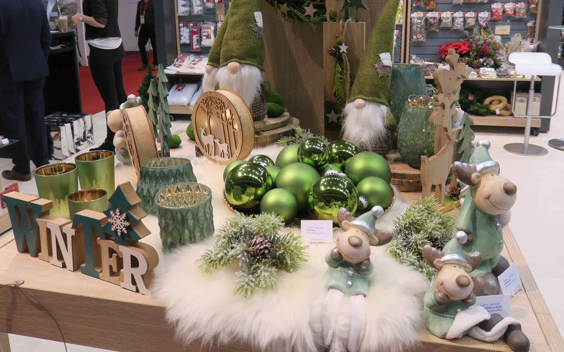 Green Christmas decoration; copyright: iXtenso / Pott...