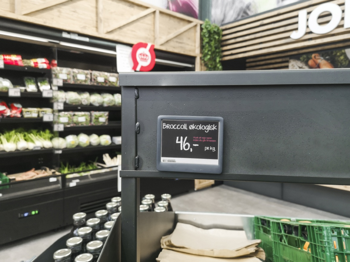 Electronic shelf label in a garden center on a grey shelf; copyright: DELFI...